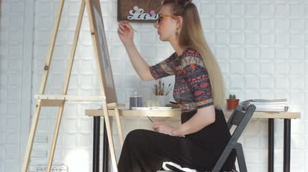 палитра : Artist working on painting