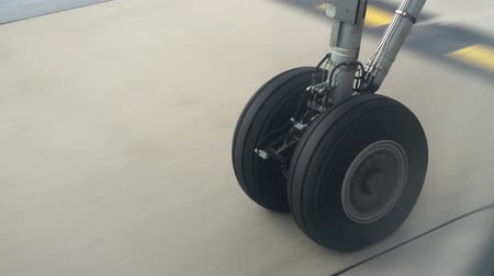 letadlo : Aircraft wheels running on the runway ready to take off