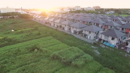 subúrbio : Aerial View, Flying through green space of nature to housing project
