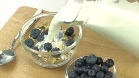 kahvaltı : Breakfast, Pour milk on cereal with blueberries on top, slow, super slow Stok Video