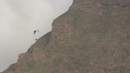 pára quedas : Hang Gliding near a cloudy mountain. Vídeos