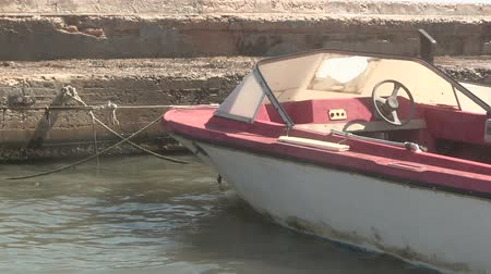 veslování : Old motor boat moored at a quayside.
