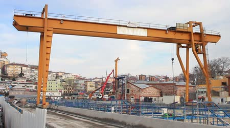 grua : Double beam gantry crane moves at construction site