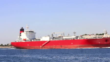 petróleo : Large oil tanker sails in front of Istanbul
