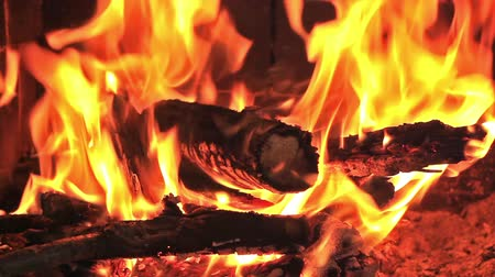 çatırtı : Hot fireplace full of wood and fire with the sound