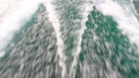 probudit : Wake behind the power boat