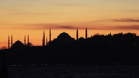 минарет : Historical Istanbul skyline. Pan from Maiden Tower to Golden Horn