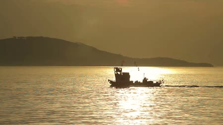 istanboel : Fisher boot silhouet zeilen in de zon reflecties