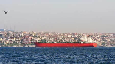 importação : Red tanker ship sailing in to Bosporus Sea