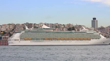 námořní : Cruise ships docked in port of Istanbul