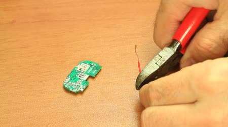 wire stripper : Cutting the cable end. Electrician cutting the cable end using a stripper cutter.  Stock Footage