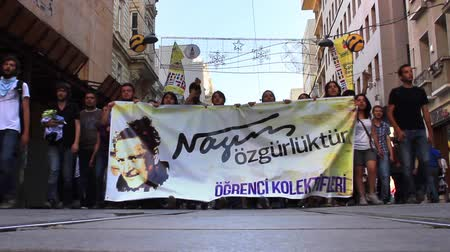 восстание : ISTANBUL - JUN 3: A festival atmosphere prevailed Monday in Taksim Square on fourth day, June 3, 2013 in Istanbul, Turkey. Protests set off by a police crackdown of protest against removing park trees. Turkish student protesters with NAZIM Hikamet banner