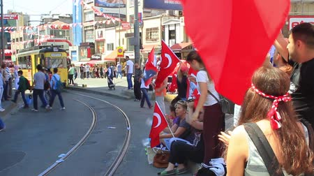 восстание : ISTANBUL - JUN 1: Violence sparked by plans to build on the Gezi Park have broadened into nationwide anti government unrest on June 1, 2013 in Istanbul, Turkey. Protesters at Altiyol, Kadikoy Стоковые видеозаписи