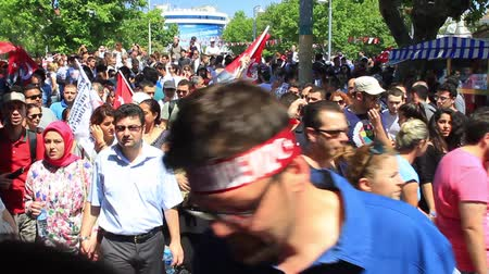 восстание : ISTANBUL - JUN 1: Violence sparked by plans to build on the Gezi Park have broadened into nationwide anti government unrest on June 1, 2013 in Istanbul, Turkey. Crowds gathering in pier to Gezi Park.