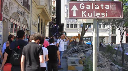восстание : ISTANBUL - JUN 1: Violence sparked by plans to build on the Gezi Park have broadened into nationwide anti government unrest on June 1, 2013 in Istanbul, Turkey. People walking up to Istiklal Street