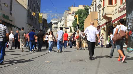 восстание : ISTANBUL - JUN 1: Violence sparked by plans to build on the Gezi Park have broadened into nationwide anti government unrest on June 1, 2013 in Istanbul, Turkey. People walking toward to Taksim on Istiklal Street