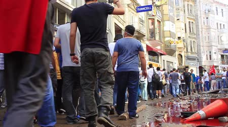 восстание : ISTANBUL - JUN 1: Violence sparked by plans to build on the Gezi Park have broadened into nationwide anti government unrest on June 1, 2013 in Istanbul, Turkey. Istiklal Street