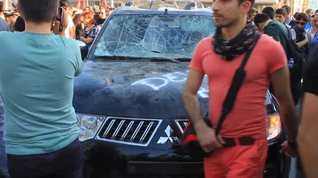 восстание : ISTANBUL - JUN 1: Violence sparked by plans to build on the Gezi Park have broadened into nationwide anti government unrest on June 1, 2013 in Istanbul, Turkey. A smashed car at Taksim Square Стоковые видеозаписи