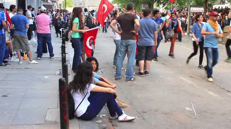 восстание : ISTANBUL - JUN 1: Protests set off by a police crackdown of protest against removing Gezipark trees on June 1, 2013 in Istanbul, Turkey. Crowd of people meet at Gezi Park next to Taksim square