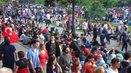 восстание : ISTANBUL - JUN 1: Protests set off by a police crackdown of protest against removing Gezipark trees on June 1, 2013 in Istanbul, Turkey.  Crowds of People at Gezi Park