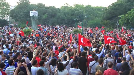 восстание : ISTANBUL - JUN 1: Protests set off by a police crackdown of protest against removing Gezipark trees on June 1, 2013 in Istanbul, Turkey. Crowded meeting place Стоковые видеозаписи