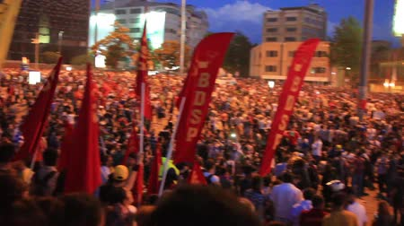 восстание : ISTANBUL - JUN 1: Protests set off by a police crackdown of protest against removing Gezipark trees on June 1, 2013 in Istanbul, Turkey. Crowded meeting at Taksim Square