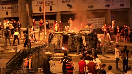 восстание : ISTANBUL - JUN 1: Violence sparked by plans to build on the Gezi Park have broadened into nationwide anti government unrest on June 1, 2013 in Istanbul, Turkey. Abandoned police car on fire