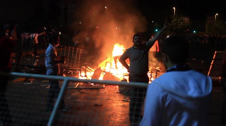 восстание : ISTANBUL - JUN 1: Violence sparked by plans to build on the Gezi Park have broadened into nationwide anti government unrest on June 1, 2013 in Istanbul, Turkey. People stocks the fire of a road block at Dolmabahce