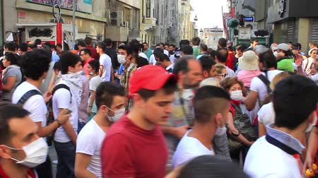 восстание : ISTANBUL - JUN 1: Violence sparked by plans to build on the Gezi Park have broadened into nationwide anti government unrest on June 1, 2013 in Istanbul, Turkey. Crowds gathering on Istiklal Street