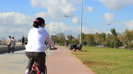 exercícios : Girl having fun riding her bicycle. Riding bike