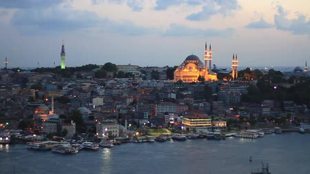 religião : Eventide in Istanbul. View from Galata Tower to Istanbul. Looking over Golden Horn to Suleymaniye Mosque, in distance famous landmarks such as Beyazit Tower and Eminonu motor port.  Vídeos