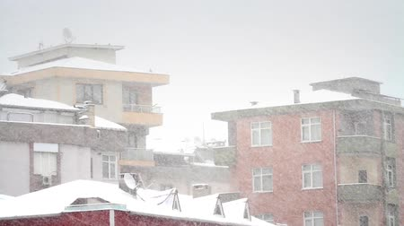 congelado : Heavy snow in city. Snow falling in front of the living block of flats.  Vídeos