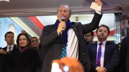 beszéd : ISTANBUL - MARCH 16, 2014: CHP deputy parliamentary group chair Muharrem Ince slams the government over corruption during election rally at Maltepe. Parliamentary Muharrem Ince slams the government