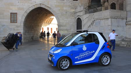 automobilový průmysl : ISTANBUL - SEPTEMBER 25, 2013: Metropolitan Municipality Tourism Team show their new car, Mercedes Smart in the middle of Eminonu Square. Eminonu is the major trade and strolling center in the city. Dostupné videozáznamy