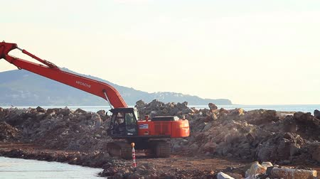 buldozer : ISTANBUL - APR 2, 2013: Land reclamation site at Maltepe coastline. Crawler excavator working. Timelapse Dostupné videozáznamy
