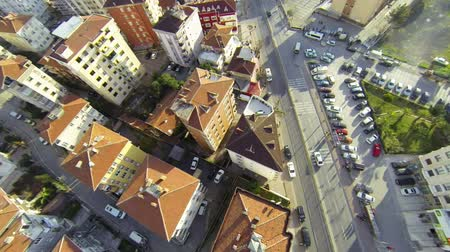 moderní : Flying over right pan across houses along suburban architecture. Overhead right pan across roofs, houses and cars along suburban street Dostupné videozáznamy