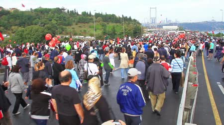 jelentette : ISTANBUL - OCT 17: Crowd of people walk from Asia to Europe through Bosporus Bridge on October 17, 2010 in Istanbul. The participation was reported to be above expected figure of 100.000 people Stock mozgókép
