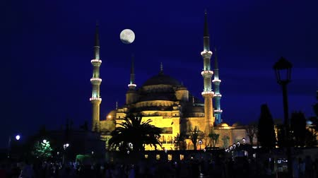 минарет : Blue Mosque shining full moon on. Timelapse. Sultanahmet at night in Istanbul