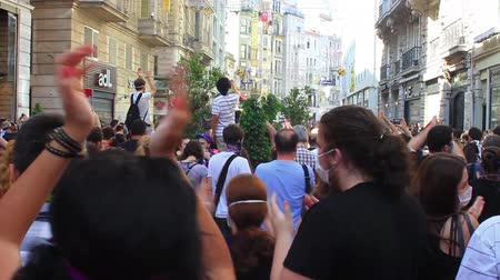 восстание : ISTANBUL, TURKEY - JUNE 1, 2013: This is what happened on one of the craziest days yet at occupy Gezi Park. People clap as they gather to protest against police brutality at Istiklal Street Стоковые видеозаписи