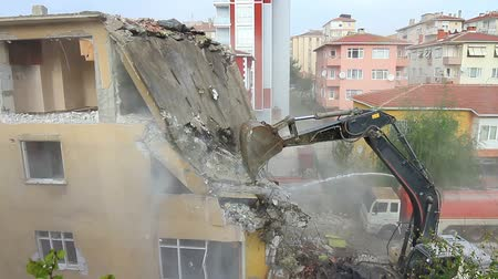 экскаватор : Dismantling of a house building. Istanbul is redeveloping neighborhoods to protect against a potential earthquake. But critics say the city is interested in more money, not more safety.