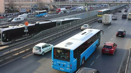 automobilový průmysl : ISTANBUL - DECEMBER 14, 2013: Multi lane hybrid traffic in Istanbul. City traffic on Avcilar bus stop. Metrobus line planed as a solution to transport problem with a daily capacity of 800,000 passengersday.