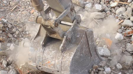 şantiye : Excavator operating in rock debris. Hydraulic machinery works for formation of the ground