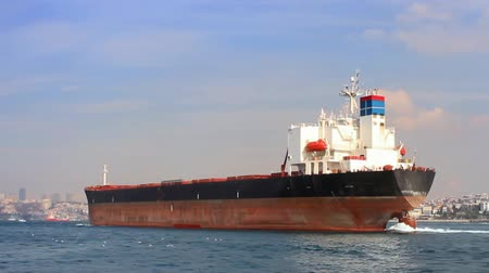 damarlar : Tanker ship on route to Black Sea. Side view of the large cargo ship. High Definition, tracking video