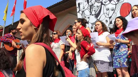 comemoração : ISTANBUL - MAY 1, 2013: Activists singing traditional songs during the May Day celebration. Every year thousands of people taking to the streets to celebrate labor day and to protest against austerity