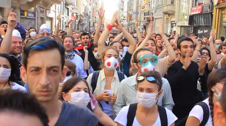 protesto : ISTANBUL, TURKEY - JUNE 1, 2013: This is what happened on one of the craziest days yet at occupy Gezi Park. Crowds of people blocked and clap as roadblock through Taksim Square by the police.  Vídeos