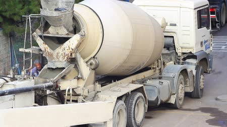 beton : Concrete mixer trucks at work Time Lapse Stok Video