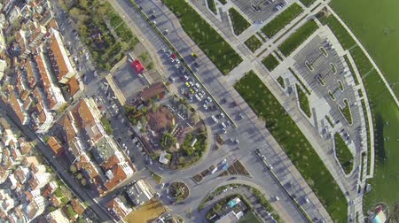 avançar : City traffic at an intersection in Istanbul. Top down, Aerial. Camera moves on cars driving along the road at Maltepe