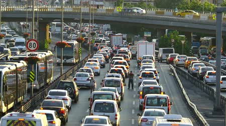 ruído : Traffic congestion on Highways Many people travel to other cities. Turkey warns the Citizens of the return of Feast. Avoid both road trips during religious holidays, especially the Feast of the Sacrifice, because traffic intensifies dramatically. This is  Vídeos