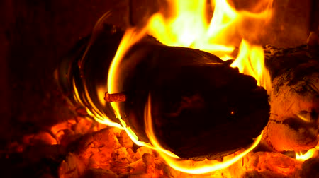 яма : Glimpse into a wood fired oven. 1 Minute, 30 fps footage, Closeup. Burning wood in the fireplace and the flames
