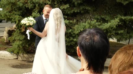 convidado : Happy and cheerful bride and groom dancing outside. Just married. Slow motion Vídeos
